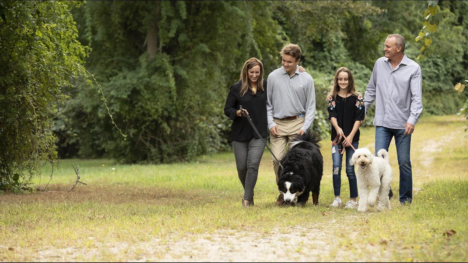 Logan og hans familie går deres hunde
